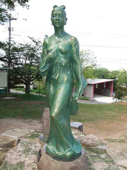 井上和香ちゃん 依羅娘子銅像